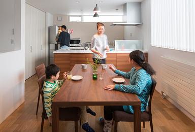 心地よいインテリア空間で<br>過ごす家族時間。