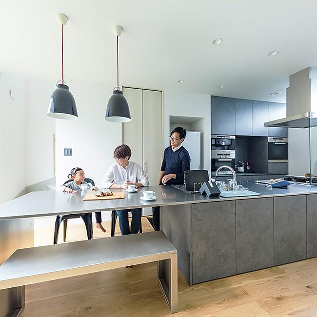 開放感たっぷりの大空間、<br>キッチン中心の住まい。
