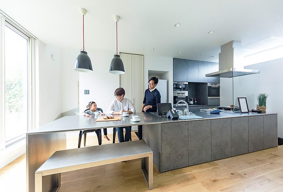 開放感たっぷりの大空間、キッチン中心の住まい。