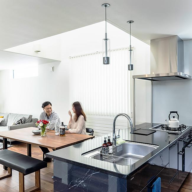お気に入りのキッチンで<br>料理をするのが楽しい。<br>家で過ごす時間が幸せ。
