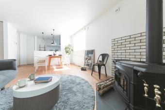 北欧ナチュラルな空間に、暖炉のある家。